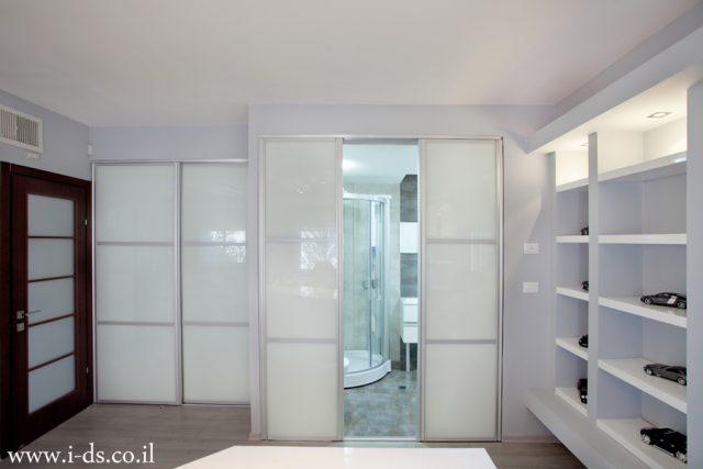 תכנון דלתות הזזה בחדר מקלחת וחדר ארונות. אירנה פטרושקו אדריכלית פנים. עיצוב ותכנון דירות ובתים פרטיים