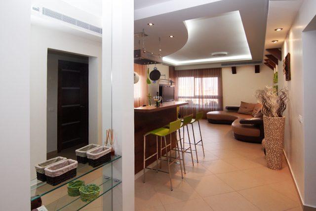 עיצוב נישה בכניסה לדירה. עיצוב ותכנון דירות ובתים פרטיים