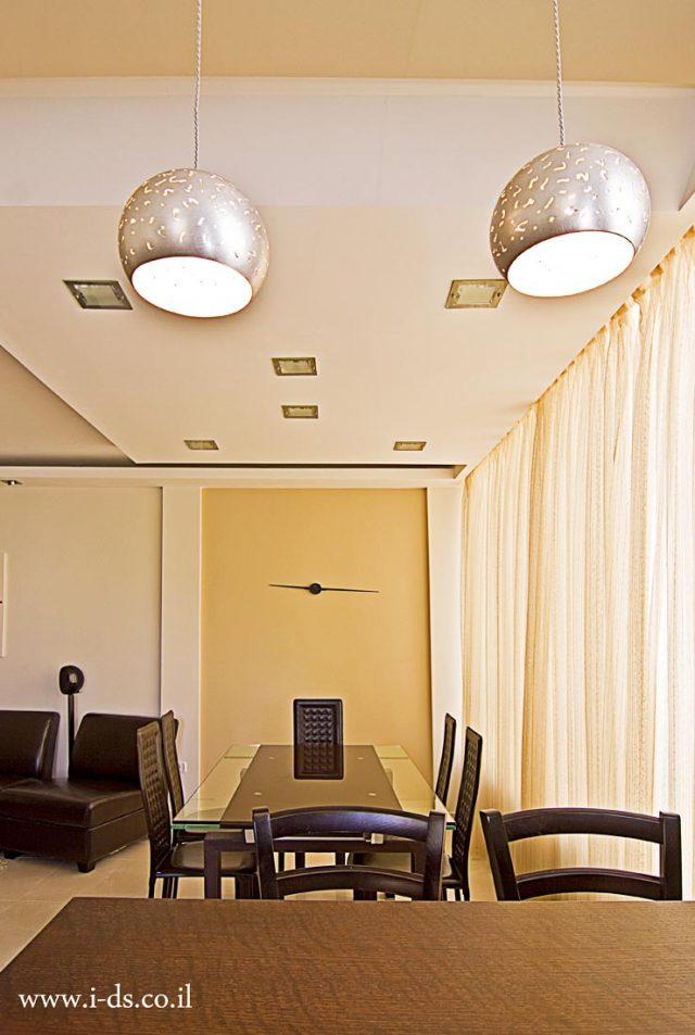 עיצוב תקרת גבס מעל שולחן אוכל כולל תאורה.אירנה פטרושקו אדריכלית פנים. עיצוב ותכנון דירות ובתים פרטיים
