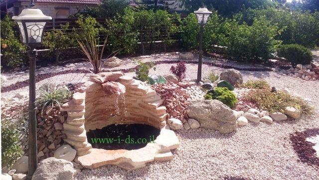 עיצוב ותכנון מפלי מים ומזרקות בגינה לבתים פרטיים ובמרפסת. אדריכלית אירנה פטרושקו.