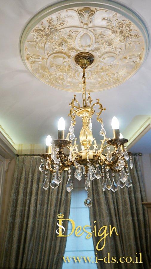 עיצוב תקרה ותאורה בסגנון קלאסי. מעצבת אירנה פטרושקו.